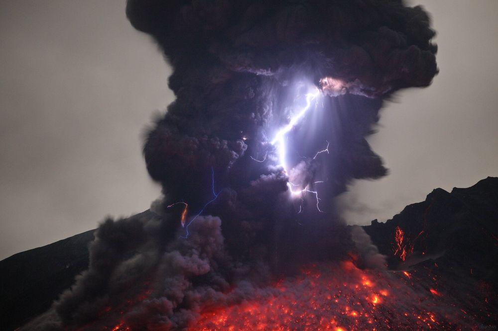 Volcanic lightning 1